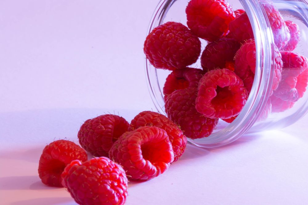 Raspberries and a Glass Bowl - image 1 - student project
