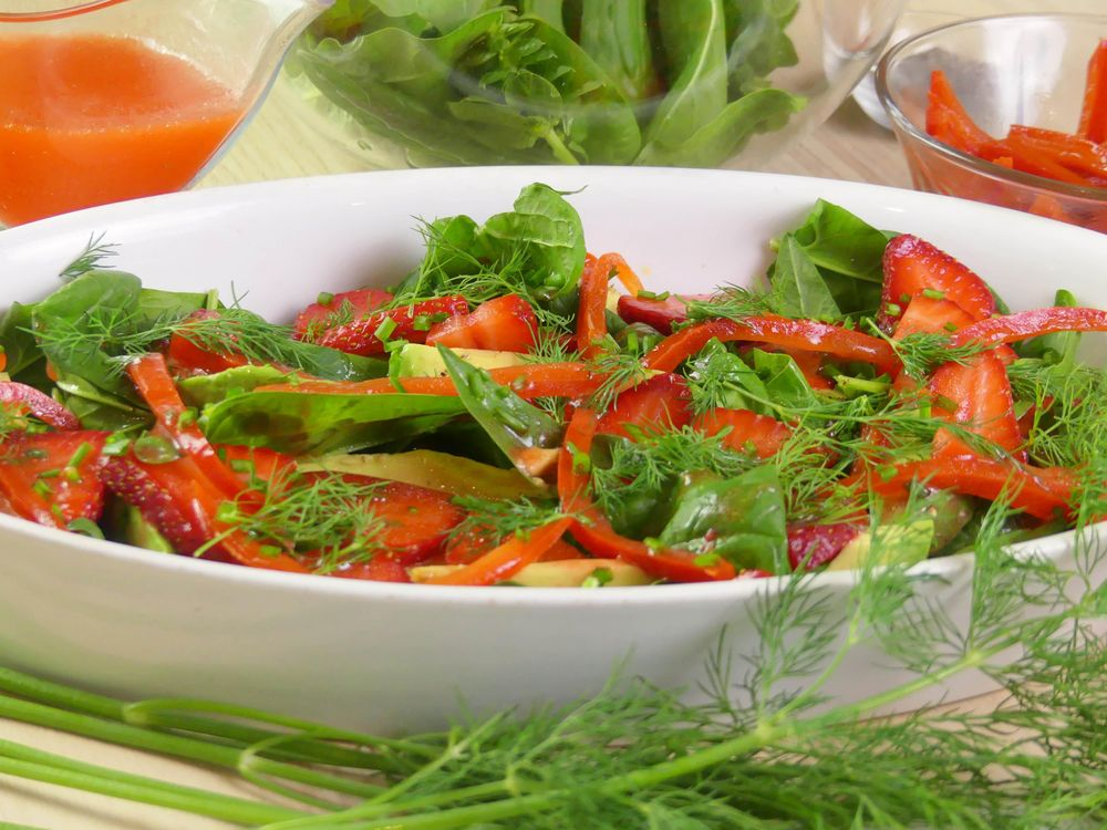 Strawberry and Avocado Salad with Baby Spinach and Dill - image 5 - student project