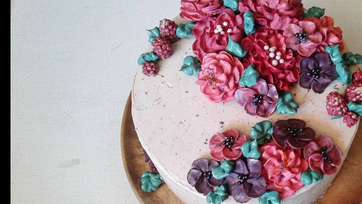 Piping Flowers for a Cake - student project