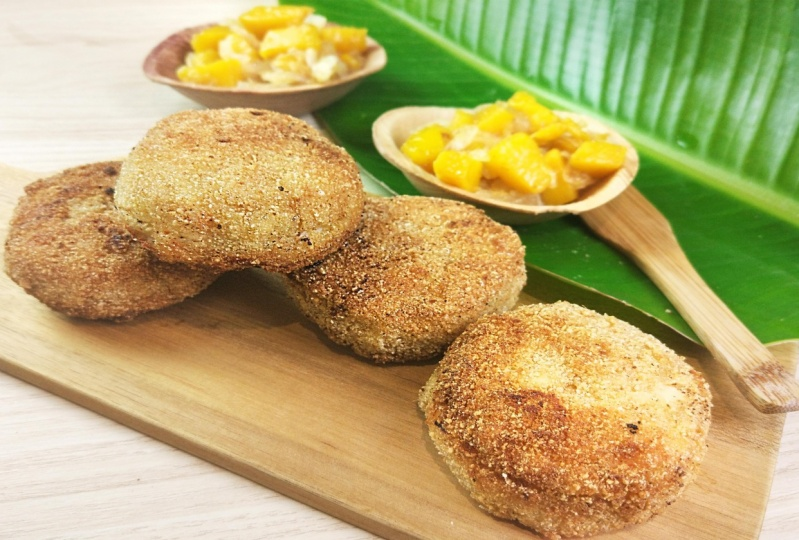 Shrimp cakes with mango chutney